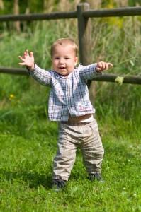 kleiner Junge lernt laufen
