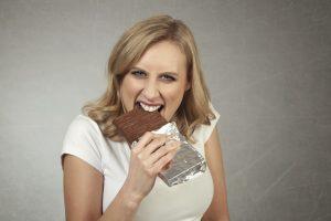 femme mangeant une tablette de chocolat